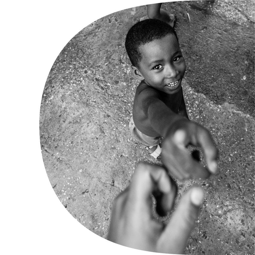 Enfant pointant du doigt