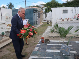 Jean-Marc Ayrault rendant hommage à Edouard GLISSANT en se recueillant sur sa tombe .